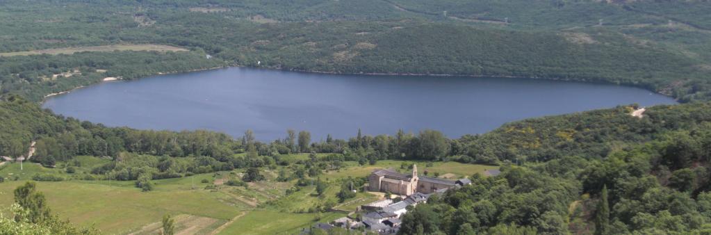 El lago de Sanabria se muestra oscuro entre el verdor de la zona que le rodea