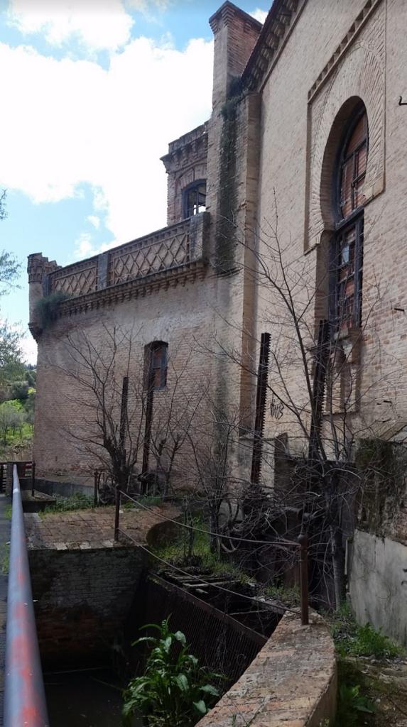 Edificio de la Central de Azumel, de estilo neomudéjar, es totalmente de ladrillo con arcos de herradura y cenefas en sus balcones y ventanas