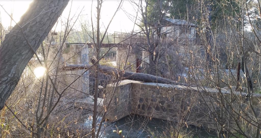 Las compuertas de la presa se pueden ver, se nota que se han restaurado.